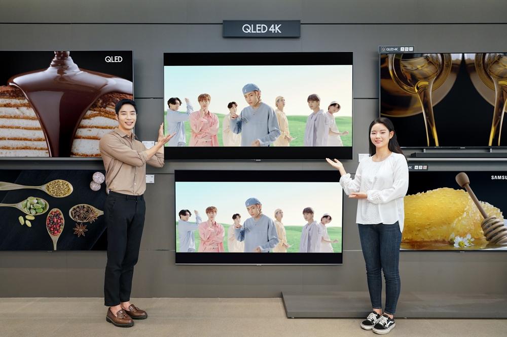 삼성전자 모델이 방탄소년단 'Dynamite' 뮤직비디오를 QLED 4K로 선보이고 있다.
