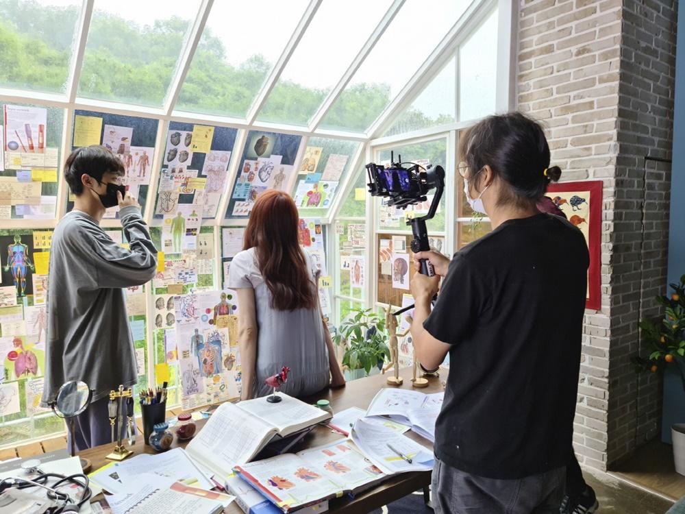 삼성 '갤럭시 S20'으로 영화를 촬영하고 있다.