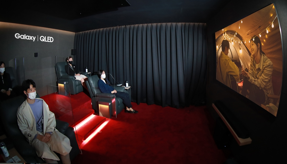 삼성전자가 8K 영화 '언택트'를 관람할 수 있는 연남동 삼성 8K 시네마 내부 상영관