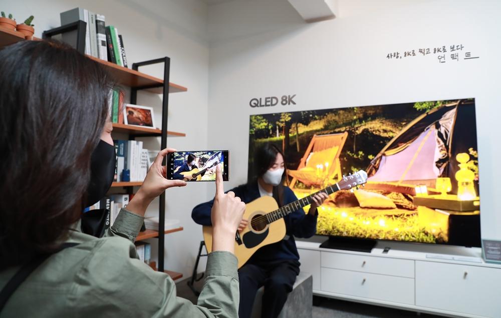 QLED 8K TV를 배경으로 영화 언택트의 장면을 재현하고 있다