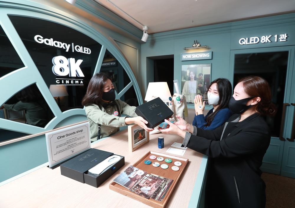 영화 '언택트'를 관람한 고객들이 마스크와 손세정제 등을 포함한 '언택트 패키지'를 증정 받고 있다