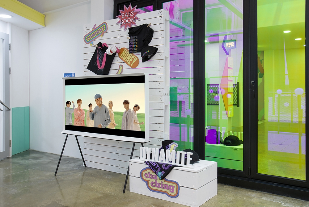 서울 가로수길에 위치한 방탄소년단 팝업스토어 'BTS POP-UP : MAP OF THE SOUL' 서울 쇼케이스에 설치된 삼성 '더 세리프'. 방탄소년단의 뮤직비디오와 다양한 굿즈 제품을 만날 수 있다.