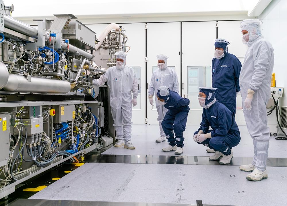 왼쪽부터 ASML 관계자 2명, 김기남 삼성전자 DS부문장 부회장, 이재용 삼성전자 부회장, 피터 버닝크(Peter Wennink) ASML CEO, 마틴 반 덴 브링크(Martin van den Brink) ASML CTO