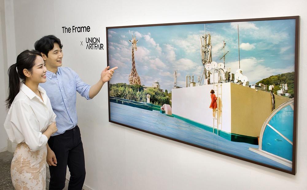 삼성전자 모델이 신진 작가들의 작품을 바라보고 있다.