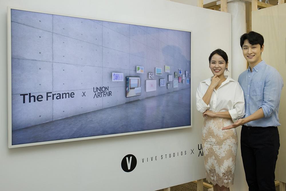 삼성전자 모델이 서울 문래동에 위치한 스페이스엑스엑스에서 더 프레임을 통해 신진 작가들의 작품을 소개하고 있다.