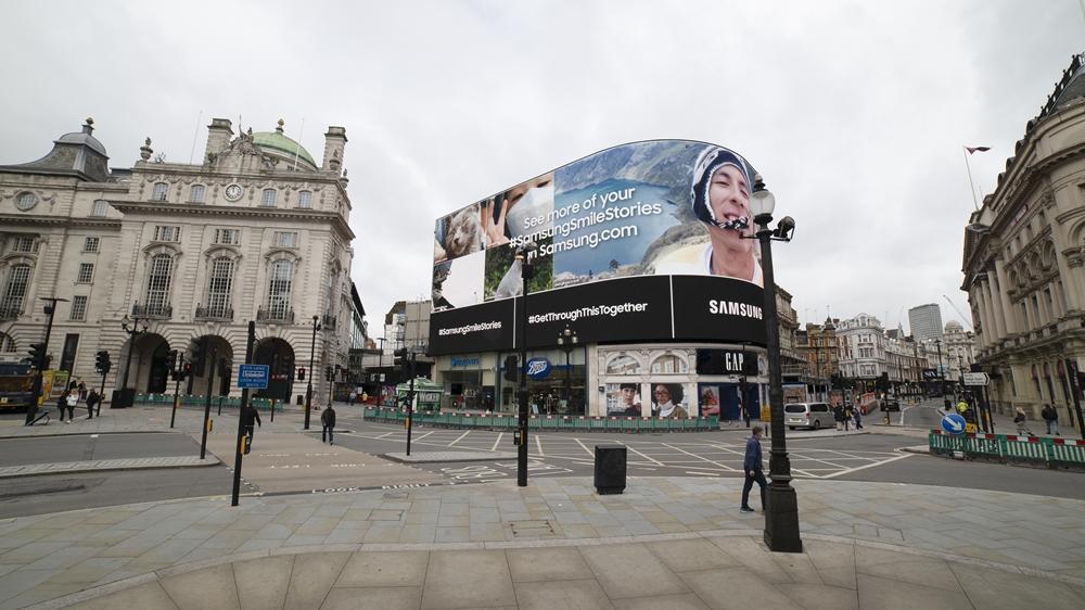 런던 피카딜리 서커스에 설치된 스마일 캠페인 모습 #SamsungSmileStories