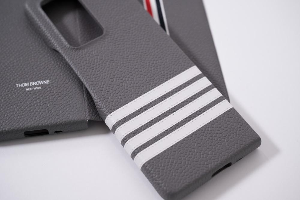 갤럭시 Z 폴드2 톰브라운 에디션 기기의 고급스러운 커버