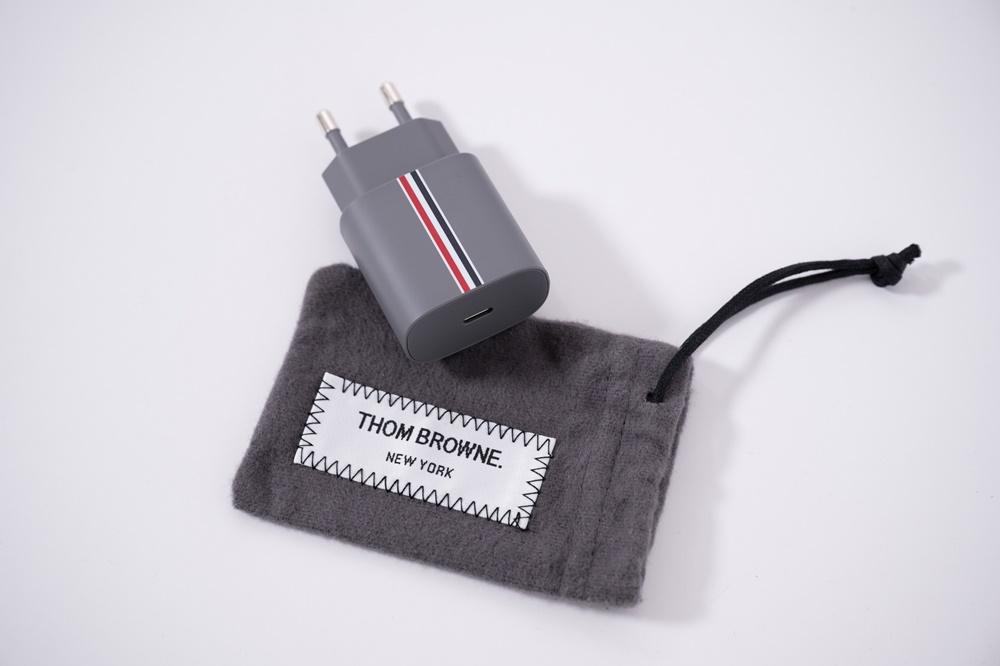 갤럭시 Z 폴드2 톰브라운 에디션 기기 충전 단자와 주머니