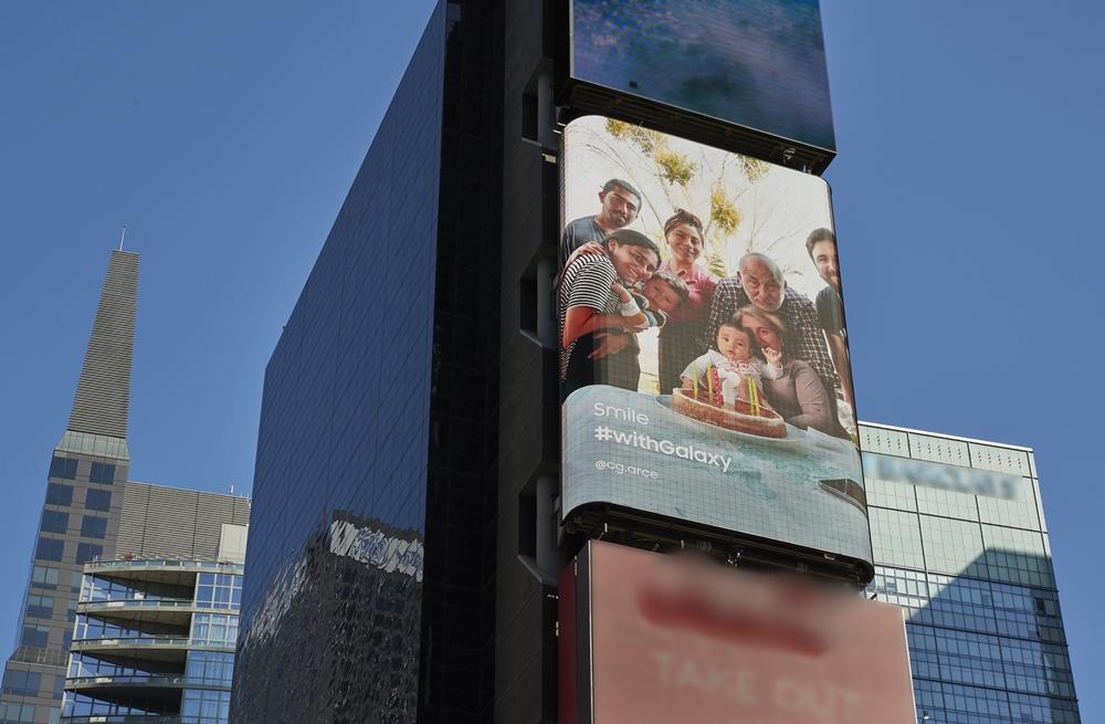 미국 타임스퀘어에 설치된 스마일 캠페인 smile #withgalaxy @cg.arce