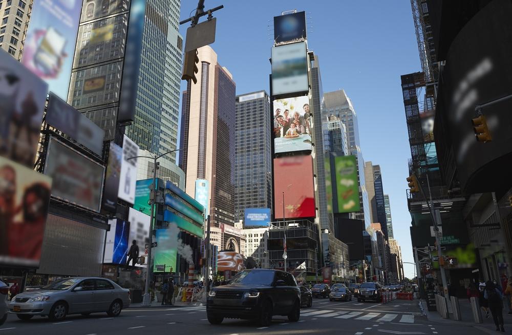 미국 타임스퀘어의 여러 전광판에 설치된 스마일 캠페인