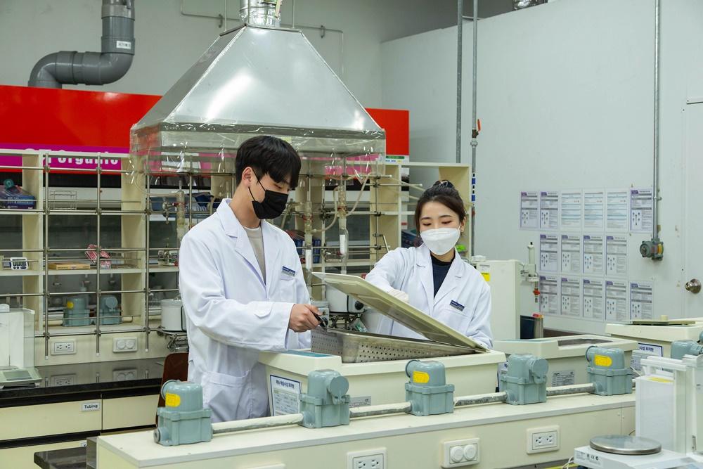 삼성전자 연구진이 분석을 위한 연구/실험을 하고 있다.