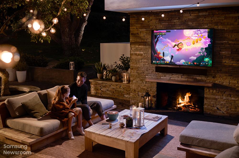 어두운 밤, 더 테라스로 TV를 보고 있는 가족들