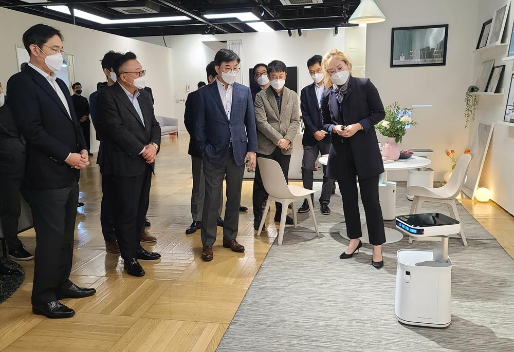 삼성전자 이재용 부회장이 로봇을 바라보고 있다.