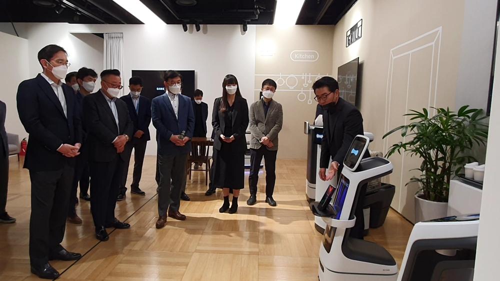 이재용 삼성 부회장이 로봇을 살펴보는 모습