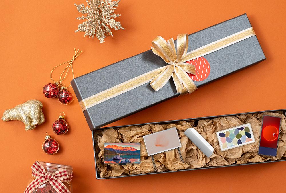 선물 상자 안에 QLED 8K 더 세리프 더 프리미어, 더 프레임, 더 세로가 놓여있는 모습