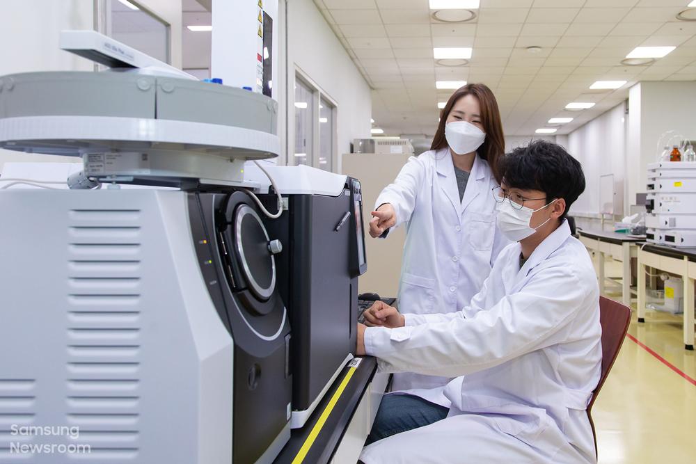 연구원들이 GC/MS 장비를 활용해 유해물질을 분석하고 있다.