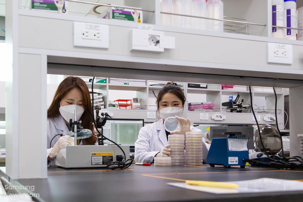 연구원들이 장비를 활용해 미생물 실험을 진행하고 있다.