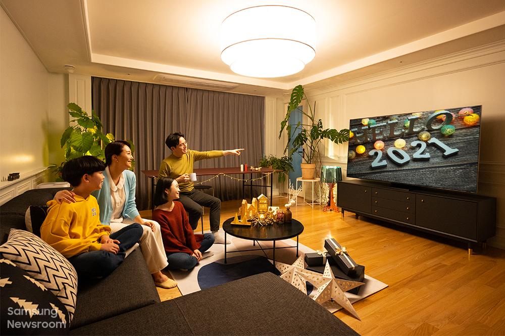 qled 8k tv와 함께 따뜻한 연말을 보내고 있는 가족의 모습