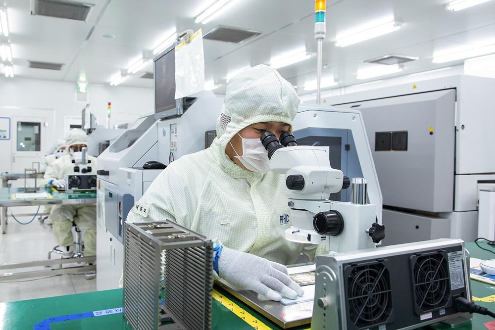 네트워크 장비 기업 'RFHIC' 직원이 회로 기판 내부에 반도체 칩을 부착하고 있다.