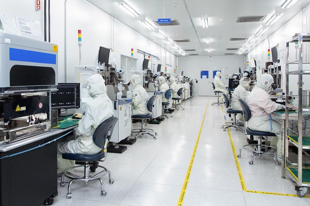 네트워크 장비 기업 'RFHIC' 직원들이 반도체 부품의 전극을 미세 금속선으로 연결하고 있다.
