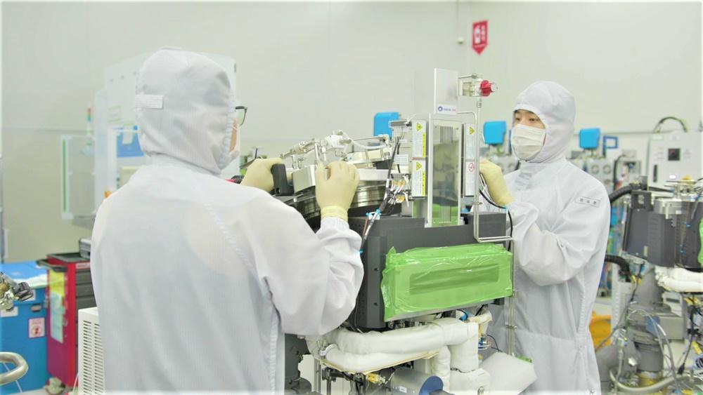 반도체 장비 기업 '원익IPS' 직원들이 반도체 생산설비를 점검하고 있다.