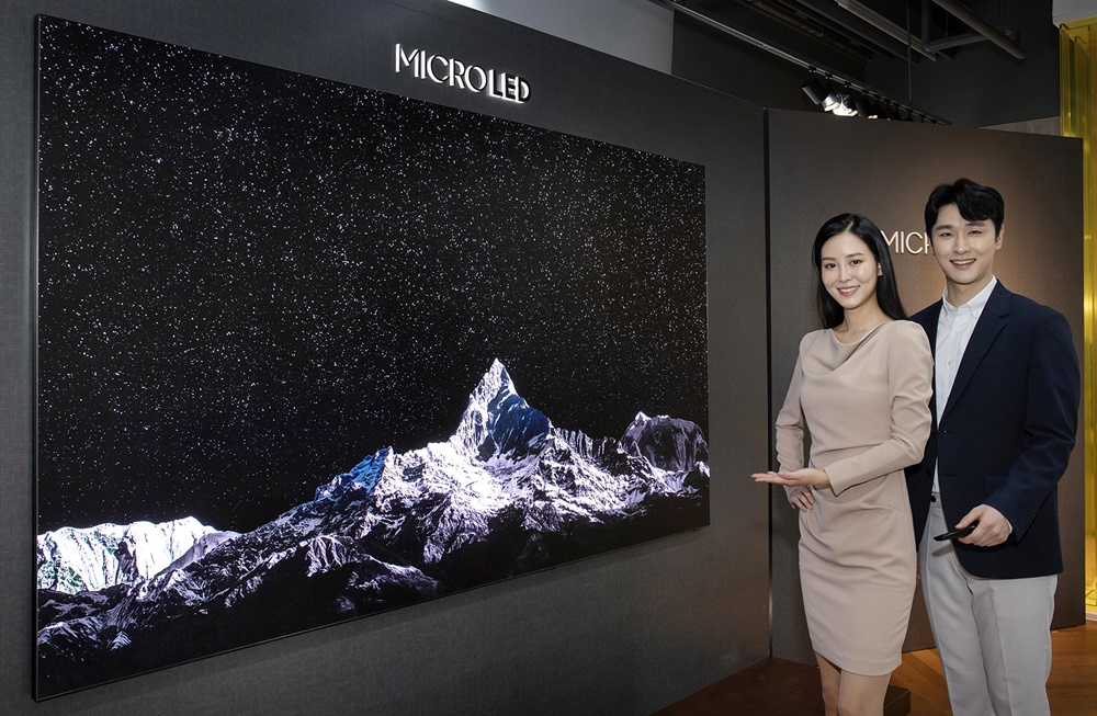 삼성전자 모델이 서울 논현동 삼성 디지털프라자 강남본점에서 신제품 마이크로 LED TV를 소개하고 있다.
