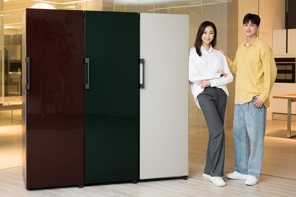 삼성전자 모델이 수원 삼성전자 디지털시티 프리미엄하우스에서 비스포크(BESPOKE) 냉장고를 소개하고 있다.
