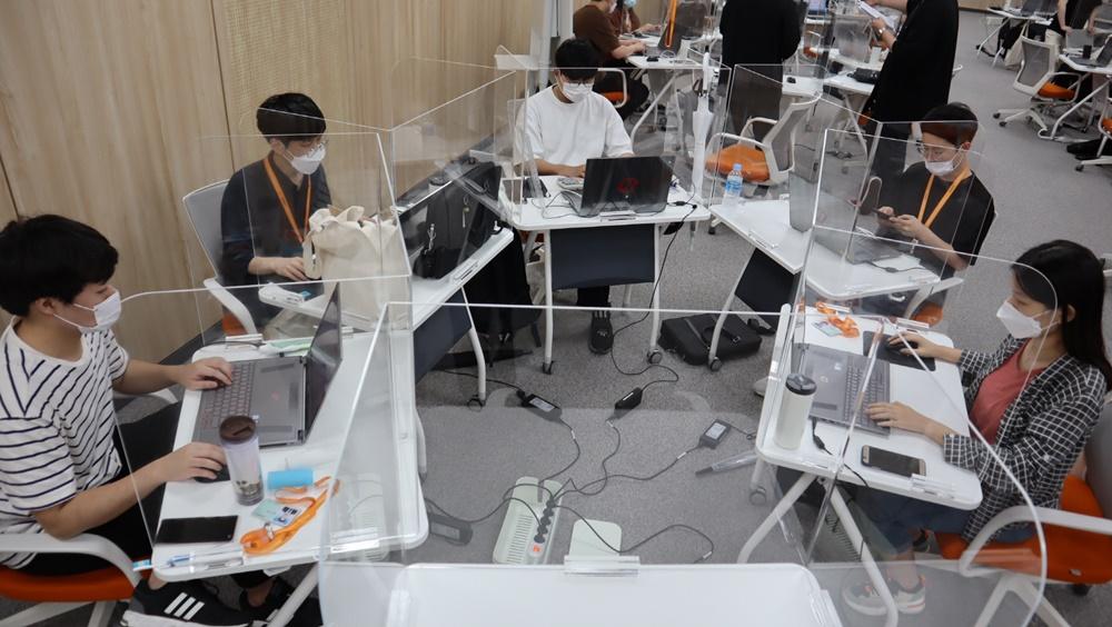 삼성청년SW아카데미 광주캠퍼스의 교육생들이 함께 협업 프로젝트를 진행하고 있다.