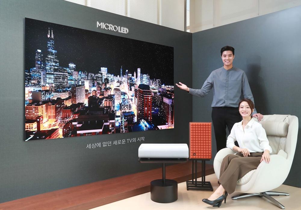 삼성전자 모델이 서울 논현동 디지털프라자 강남본점에서 마이크로 LED TV와 사전 예약 혜택을 소개하고 있다.