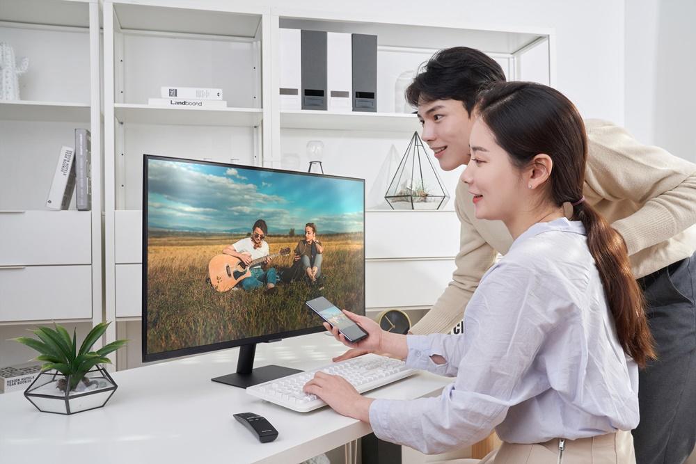 삼성전자 모델이 신제품 스마트 모니터(모델명 : S32AM70)를 소개하고 있다.