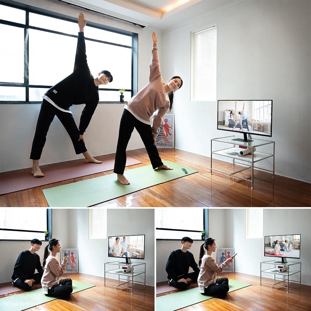 스마트 모니터에 운동 영상을 띄워 함께 운동을 즐기는 남녀