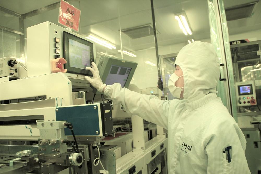 PCB(인쇄회로기판) 기업 '대덕전자' 직원이 생산시설을 점검하고 있다.