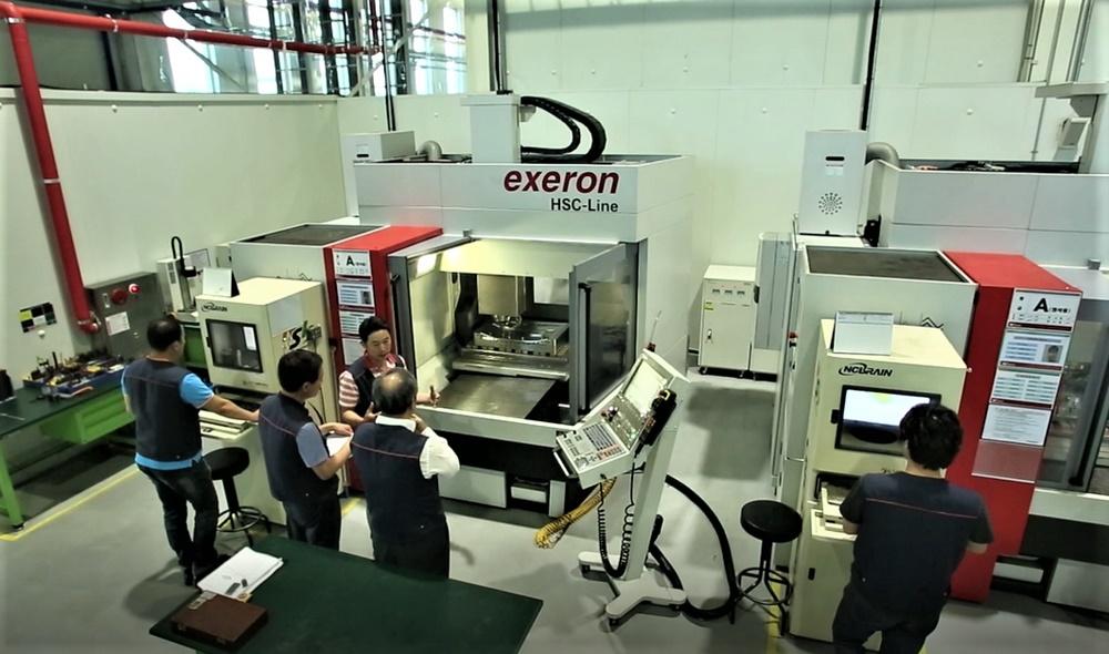 TV 금형 사출 기업 '범진아이엔디' 직원들이 고속가공기 생산설비를 살펴보고 있다.