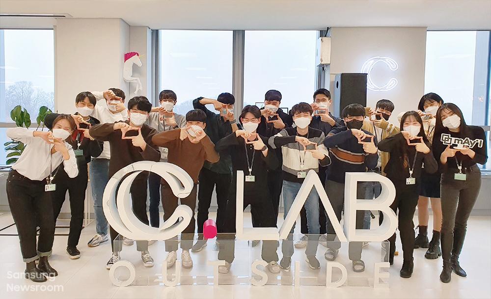 ▲ '메이아이' 멤버들이 팀의 시그니처 포즈를 취하며 밝게 웃고 있다.