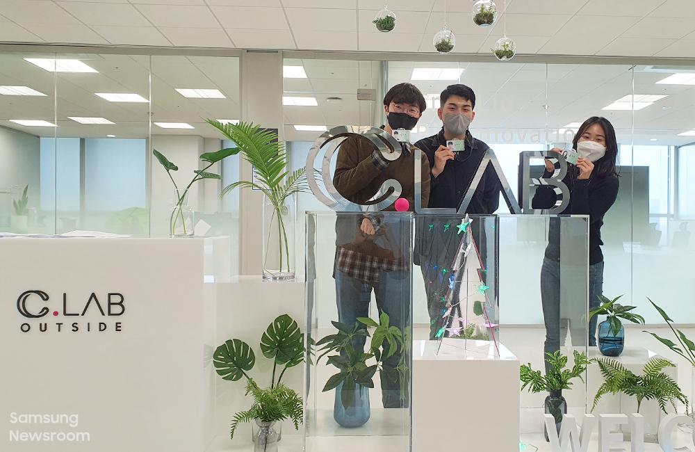 ▲ 입주와 동시에 발급받은 신분증을 들고 기념사진을 남기고 있는 '와들' 박지혁 대표와 팀원들의 모습
