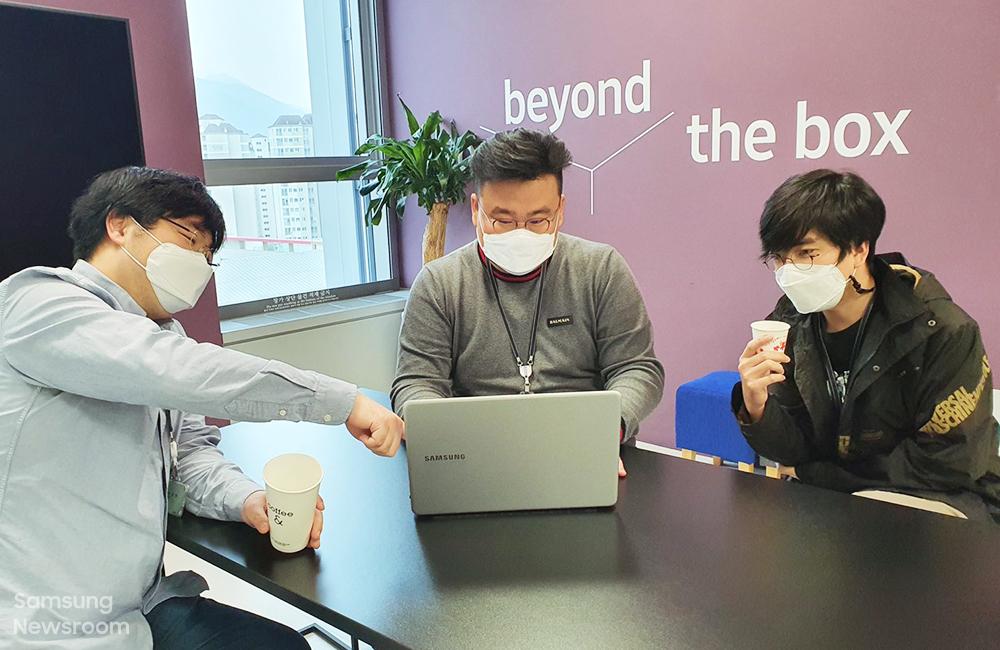 ▲ '펫나우' 멤버들이 회의실에서 자유롭게 의견을 교환하고 있는 모습