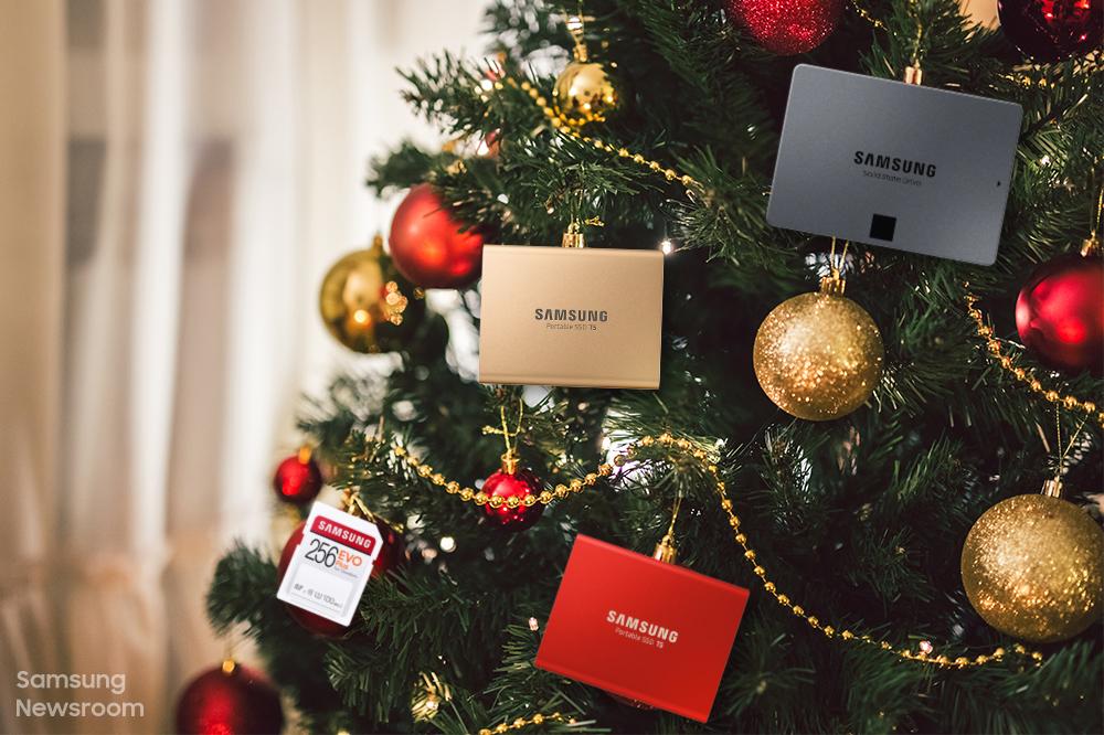 크리스마스 트리에 SSD와 SD카드가 걸려있는 모습