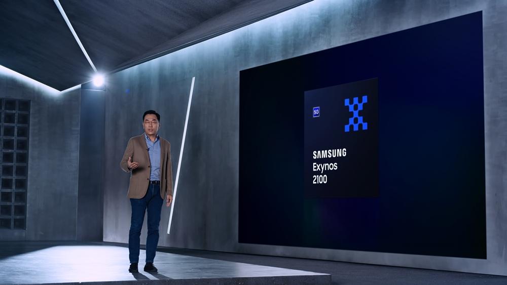 삼성전자 강인엽 사장이 화면을 보며 엑시노스 2100을 설명하고 있다.