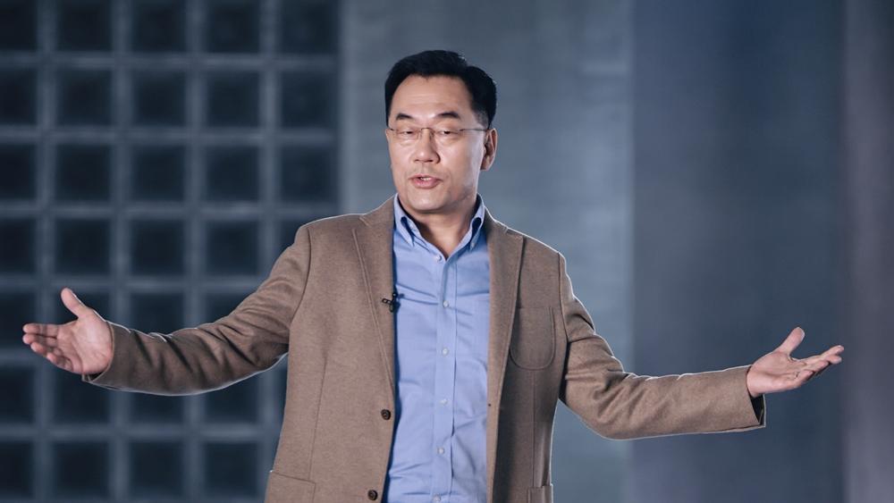삼성전자 강인엽 사장이 두 팔을 벌린 모습으로 엑시노스 2100에 대해 소개하고 있다