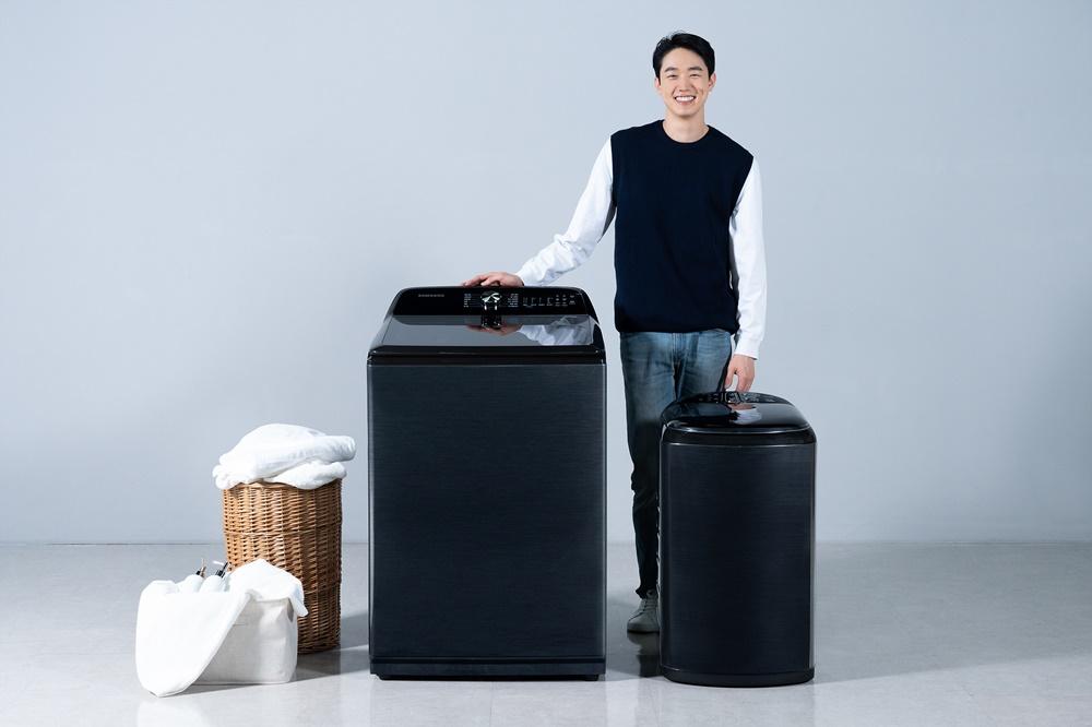 삼성전자 모델이 수원 삼성 디지털시티에서 전자동 세탁기 신제품을 소개하고 있다.