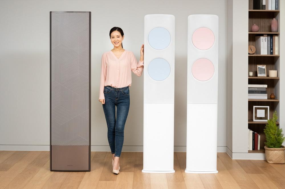 삼성전자 모델이 삼성전자 수원사업장에서 2021년형 무풍에어컨 신제품 '무풍갤러리'(왼쪽)와 '비스포크 무풍클래식'(오른쪽)을 소개하고 있다.