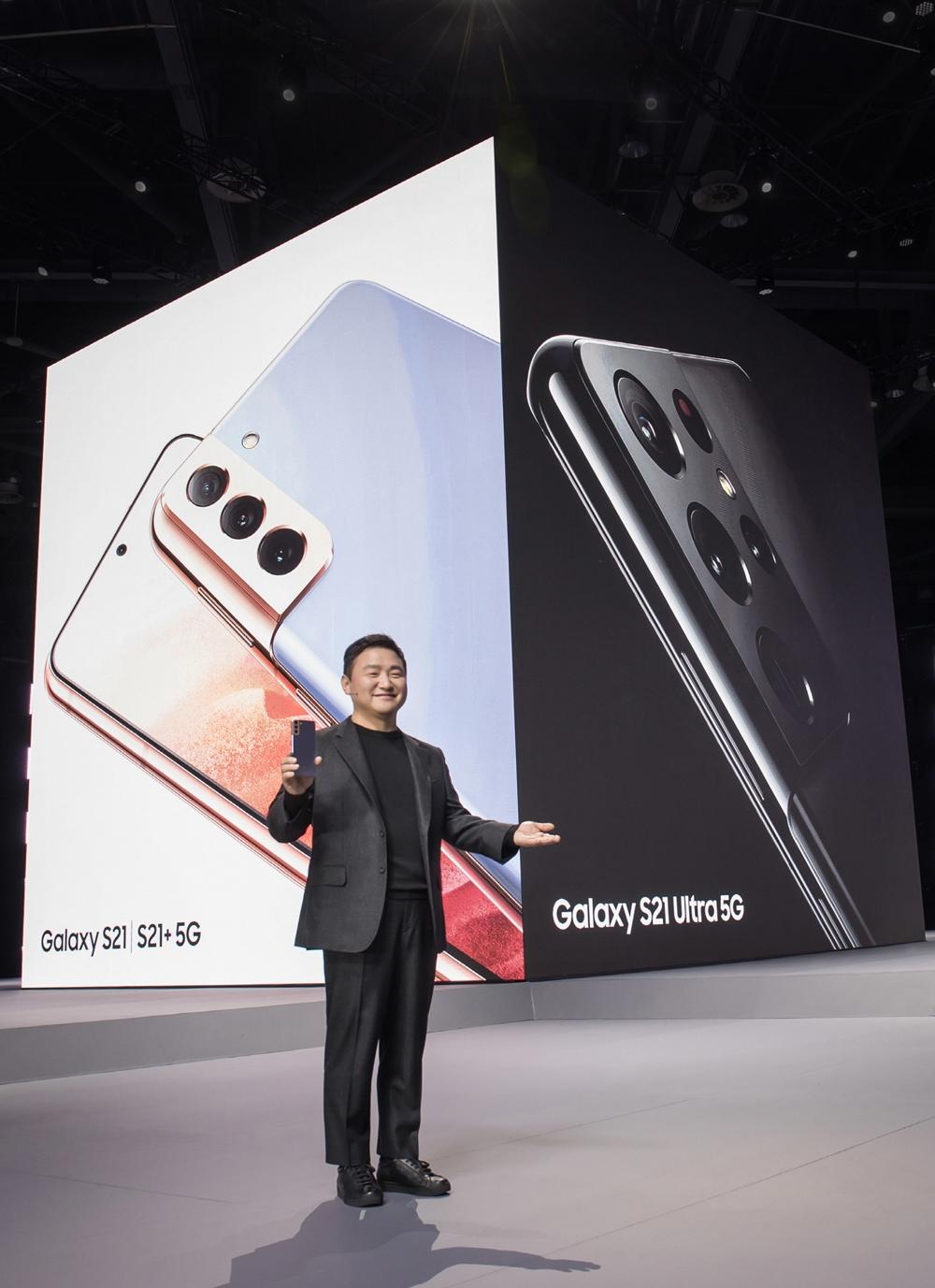 '삼성 갤럭시 언팩 2021'에서 삼성전자 무선사업부장 노태문 사장이 '갤럭시 S21' 시리즈를 소개하는 모습