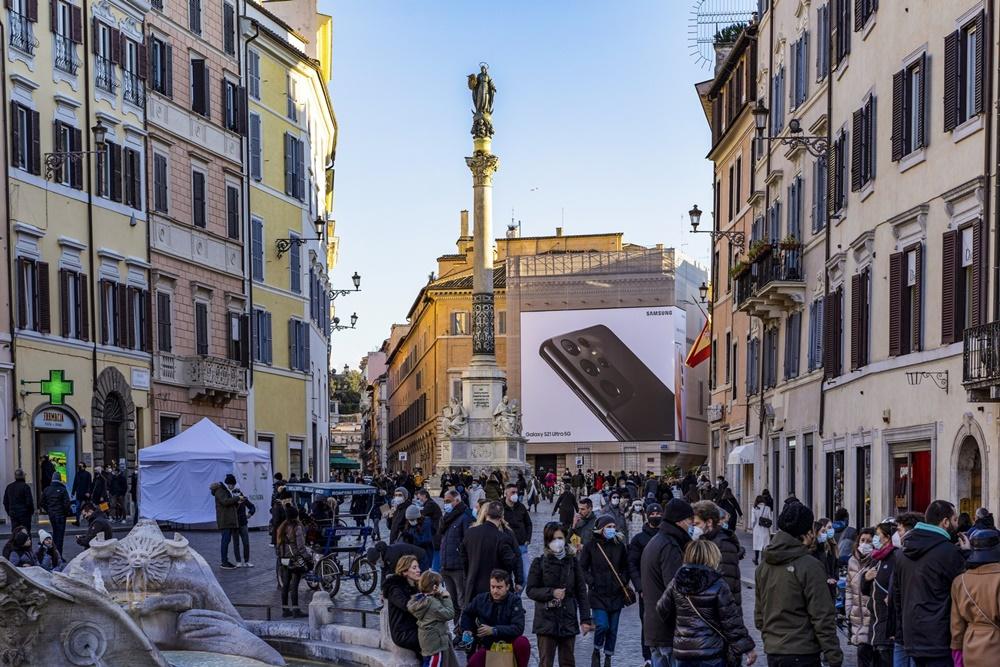 이탈리아 로마 스페인 광장(Piazza di Spagna)에 설치된 '갤럭시 S21' 옥외 광고 모습