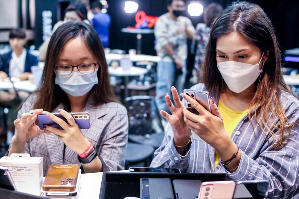 지난 14일 싱가포르 라이프스타일 공간 휴온(HUONE)에서 열린 '갤럭시 S21' 출시행사에 참석한 현지 기자들이 제품을 체험하고 있는 모습
