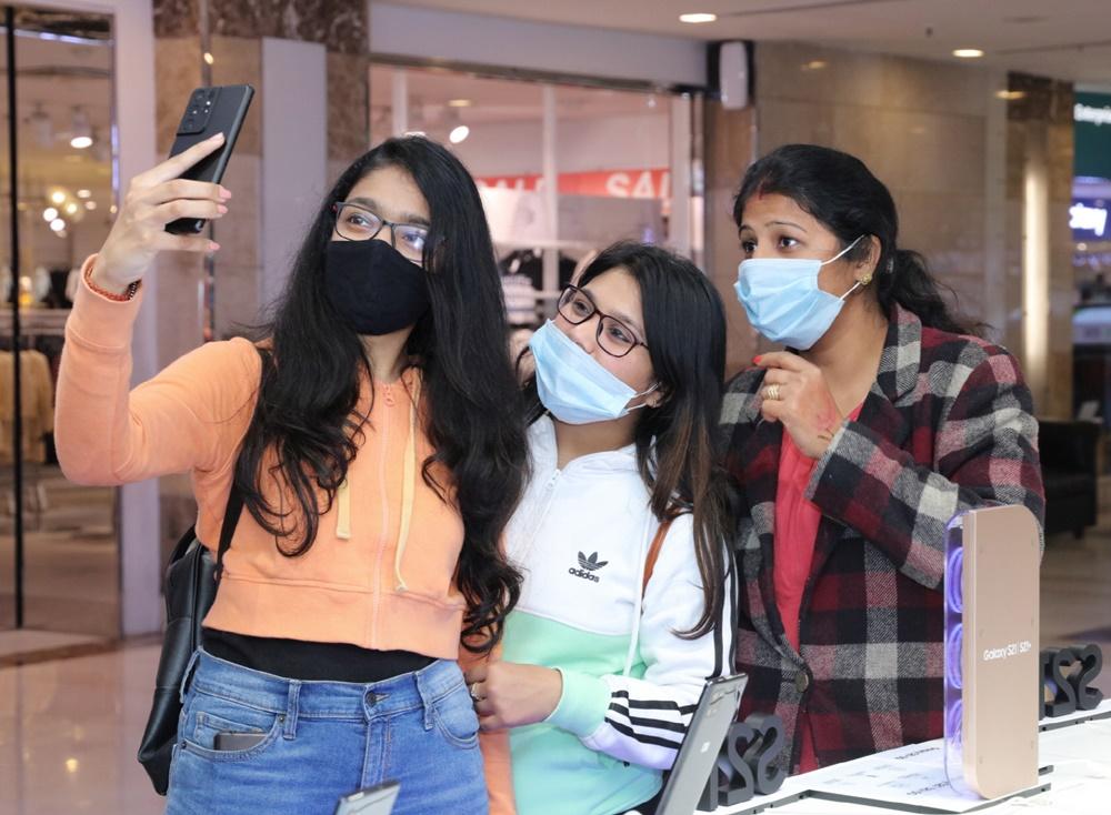 인도 구루그람의 앰비언스 몰(Ambience Mall) 내에 위치한 삼성체험매장에서 현지 소비자들이 '갤럭시 S21'을 체험하고 있는 모습