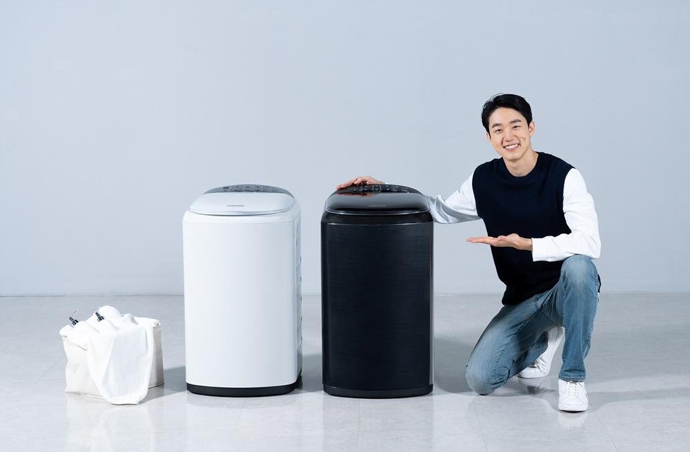삼성전자 모델이 수원 삼성 디지털시티에서 소형 세탁기 신제품을 소개하고 있다.