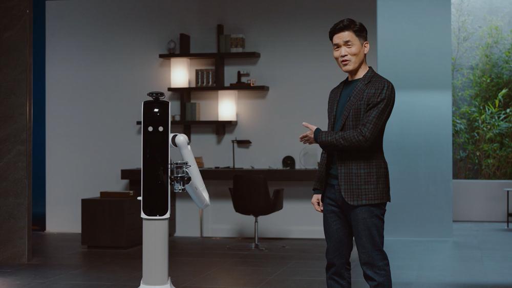 삼성리서치 소장이 인공지능 가전을 소개하는 모습