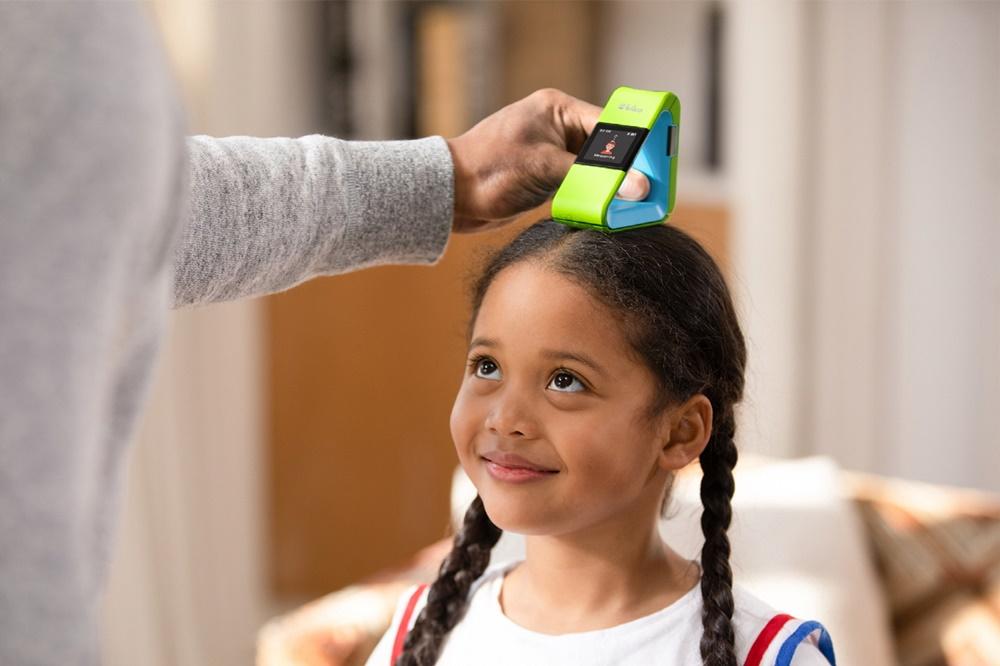 '맥파이테크'가 개발한 어린이 신체 발달과 성장 관리를 도와주는 디바이스로 어린이의 키를 재고 있다