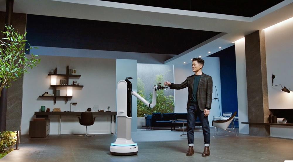 삼성전자 승현준 사장이 CES 2021 삼성 프레스컨퍼런스에서 '삼성봇™ 핸디'와 물컵을 주고 받는 시연을 하고 있다.