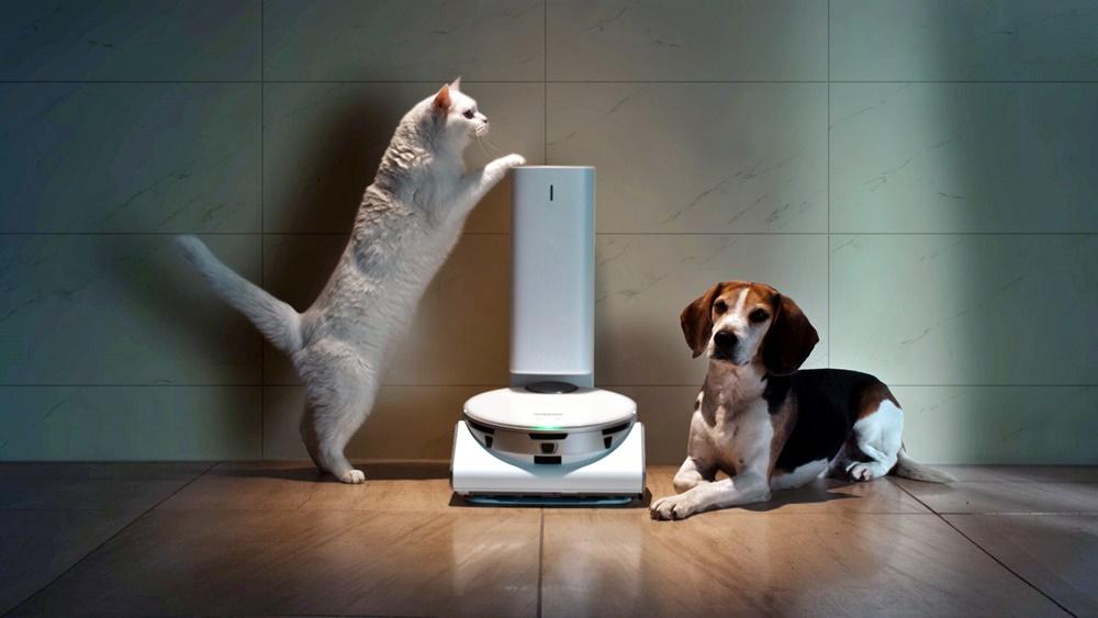 CES 2021 삼성 프레스컨퍼런스에 소개된 '삼성 제트봇 AI' 로봇청소기와 '스마트싱스 펫(SmartThings Pet)' 케어 서비스
